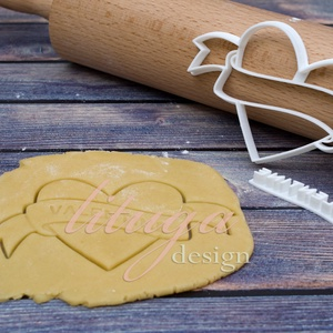Szív szalaggal kekszkiszúró, szív sütikiszúró, szív mézeskalács szaggató forma (HRT020), Otthon & Lakás, Konyhafelszerelés, Sütikiszúró, Szív szalaggal kekszkiszúró, szív sütikiszúró, szív mézeskalács szaggató forma, amelyre rövid szöveg..., Meska