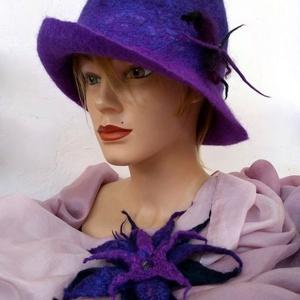 Nemezelt kalap és bross szett   Ametiszt  - ruha & divat - sál, sapka, kendő - kalap - Meska.hu