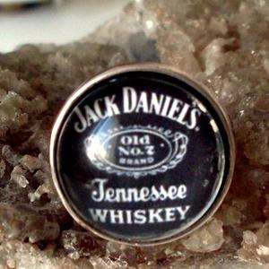 Jack Daniels gyűrű, Üveglencsés gyűrű, Gyűrű, Ékszer, Ékszerkészítés, Jack Daniels gyűrű üveglencse alatt.\n\nÜveglencse 18 mm\nÁllítható méret, Meska