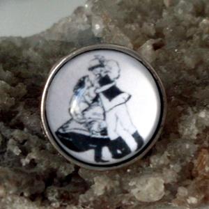 Néptánc kedvelőknek  üveglencsés gyűrű, Ékszer, Gyűrű, Magyar motívumokkal, Táska, Divat & Szépség, Ékszerkészítés, Üveglencsébe zárt néptánc rajz .Hagyomány őrzésű gyűrű!\n\nÜveglencse:18 mm\nÁllítható méret..., Meska