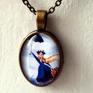 Mary Poppins üveglencsés nyaklánc, Ékszer, Nyaklánc, Medálos nyaklánc,  Egy nap a keleti széllel megérkezik Mary Poppins , a nevelőnő. Táskája azonnal lenyűgözi a gyerekek..., Meska