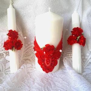 Esküvői gyertyaszett a nagy napra, Gyertya & Gyertyatartó, Dekoráció, Esküvő, Gyertya-, mécseskészítés, Esküvői gyertyaszett a nagy napra.Piros rózsák díszítik a gyertyákat a tömb gyertyát csipkeminta str..., Meska