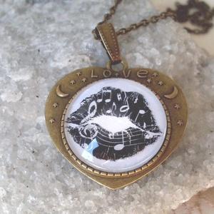 Love zeneszerelem, Ékszer, Medál, Nyaklánc, Ékszerkészítés, Love zeneszerelem ezt a nevet adhatnám ennek a medálnak.Csókos száj,zene,szerelem.\n\nSzív alakú medál..., Meska