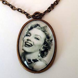 Marilyn Monroe, Ékszer, Nyaklánc, Medálos nyaklánc, Marilyn Monroe üveglencsés nyaklánc!  Méret üveglencse:20x25mm Nyaklánc hossz: méretre, Meska