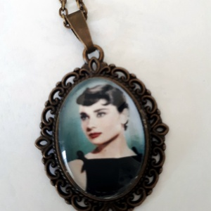 Audrey Hepburn üveglencsés nyaklánc, Ékszer, Nyaklánc, Medálos nyaklánc, Audrey Hepburn üveglencsés nyaklánc  Audrey Hepburn angol–holland származású Oscar-díjas színésznő. ..., Meska