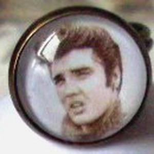 ElvisPresley gyűrű, Statement gyűrű, Gyűrű, Ékszer, Ékszerkészítés, Elvis Presley kedvelőknek készült gyűrű.\n\n\n\nGyűrű: 18mm üveglencsés\n\n\n\nAnyaga antik réz.\n, Meska