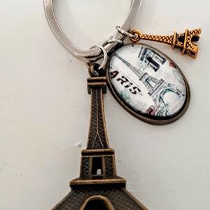 Párizs kulcstartó Eiffeltorony, Kulcstartó, Kulcstartó & Táskadísz, Táska & Tok, Ékszerkészítés, Párizs  kulcstartő  s zerelem városából!Üveglencse alá tettem az Eiffeltornyos képet  ami 18x25 mm\nE..., Meska
