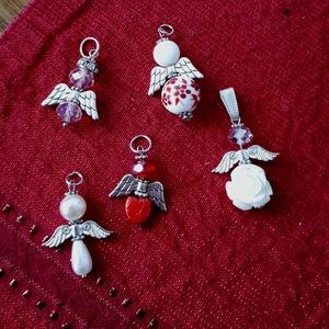 Angyalka csomag ajándék kisérőnek, Karácsony & Mikulás, Karácsonyi csomagolás, Angyalka csomag ajándék kisérőnek porcelán gyöngy csiszolt gyöngyökből készült ., Meska