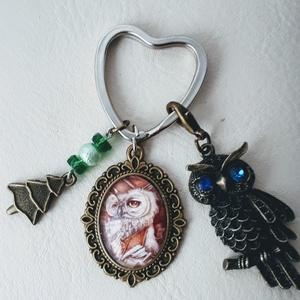 Bagoly ,baglyos kulcstartó táskadísz , Táska & Tok, Kulcstartó & Táskadísz, Kulcstartó, Ékszerkészítés, Gyöngyfűzés, gyöngyhímzés, Bagoly ,baglyos kulcstartó táskadísz szív alakú orvosi fém kulcstartó alapra.\n\nA hold kis medál alap..., Meska