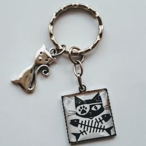 Macska macskás üveglencsés kulcstartó,táskadísz, Táska & Tok, Kulcstartó & Táskadísz, Kulcstartó, Ékszerkészítés, Macska macskás üveglencsés kulcstartó,táskadísz! \nMacska vadászat halra !Na ennyi maradt belőle!.Vic..., Meska