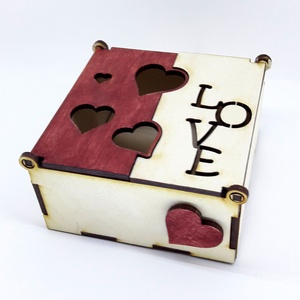 Fa doboz LOVE, Szerelmeseknek, Ünnepi dekoráció, Dekoráció, Otthon & lakás, Lakberendezés, Tárolóeszköz, Doboz, Famegmunkálás, Szolid, igényes dobozka, amit érdemes minőségi csokival megtömve adni kedvesednek.\n\nRendelhető BÁRMI..., Meska