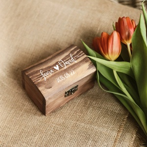 Kézzel festett, névvel és dátummal ellátott gyűrűtartó doboz esküvőre, egyedi felirattal (sweetpeawedding) - Meska.hu