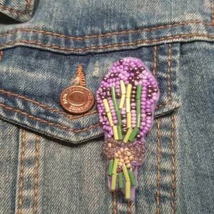 Virágcsokor kitűző, Ékszer, Kitűző & Bross, Kitűző, Gyöngyfűzés, gyöngyhímzés, Ebben a kitűzőben a különböző lila gyöngyök harmóniáját próbáltam összehozni. Szerintem egész jó let..., Meska