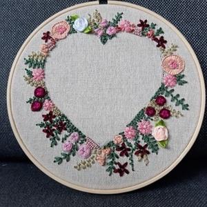 Virágos szív nagy 5, Otthon & lakás, Dekoráció, Dísz, Hímzés, Bökdöséssel, szurkálással, gyöngyözéssel, esetenként véráldozattal (ujjacskába szúrás) készült kör a..., Meska