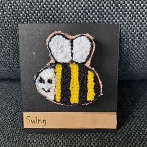 Méhecske kitűző, Ékszer, Kitűző, bross, Gyöngyfűzés, gyöngyhímzés, A méhecske formát nagyon szeretem, hiszen a sárga fekete csíkok is szuperül mutatnak. 2x3cm-es. Punc..., Meska