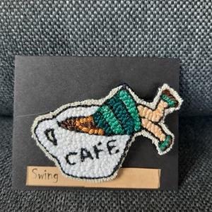 Kávészünet 3 kitűző, Ékszer, Kitűző, bross, Gyöngyfűzés, gyöngyhímzés, Hímzéssel készült ez a kitűző, erős kapoccsal lehet feltűzni a ruhákra, táskára, tolltartóra. Mérete..., Meska