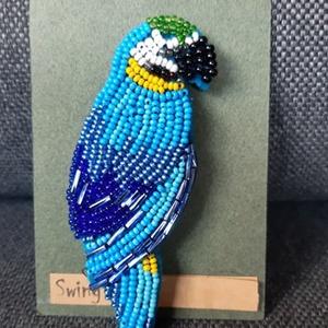 Papagáj kék kitűző, Ékszer, Kitűző & Bross, Kitűző, Gyöngyfűzés, gyöngyhímzés, A piros után készítettem egy újabb példányt.gyöngyhímzéssel . Erős kapoccsal lehet feltűzni a ruhákr..., Meska
