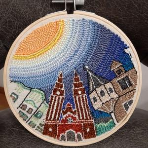 Szeged, nagy hímzett ráma, Otthon & Lakás, Dekoráció, Dísztárgy, Hímzés, Punch needle technikával,  gyöngyözéssel,  készült kör alakú fali dísz. Anyaga kress vászon, osztott..., Meska
