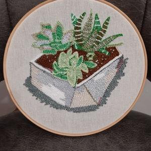 Sziklakerti növények, nagy hímzett ráma, Otthon & Lakás, Dekoráció, Dísztárgy, Hímzés, Punch needle technikával,   gyöngyözéssel,  készült kör alakú fali dísz. Anyaga kress vászon, osztot..., Meska