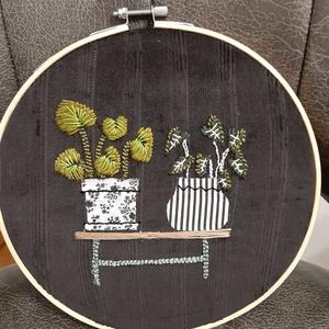 Kaspók 3, nagy hímzett ráma, Otthon & Lakás, Dekoráció, Dísztárgy, Hímzés, Punch needle technikával,  gyöngyözéssel,  készült kör alakú fali dísz. Anyaga kress vászon, osztott..., Meska