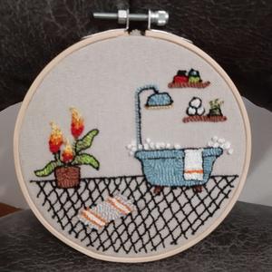 Mini fürdőszoba 2 kis hímzett ráma , Művészet, Más művészeti ág, Hímzés, Bökdöséssel, szurkálással, gyöngyözéssel, készült kör alakú fali dísz. Anyaga kress vászon, osztott ..., Meska