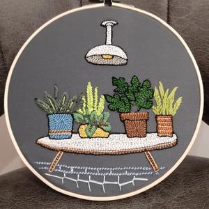 Asztalka virágokkal nagy hímzett ráma, Otthon & Lakás, Dekoráció, Hímzés, Bökdöséssel, szurkálással, gyöngyözéssel készült kör alakú fali dísz. Anyaga kress vászon, osztott h..., Meska