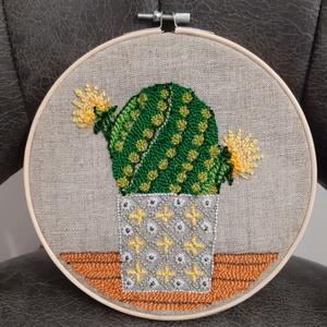 Kaktusz3 nagy hímzett ráma, Otthon & Lakás, Dekoráció, Dísztárgy, Hímzés, Bökdöséssel,  gyöngyözéssel,  készült kör alakú fali dísz. Anyaga kress vászon, osztott hímző fonál,..., Meska