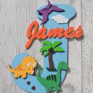 Dekorgumigyerekszoba dekoráció névtábla dinoszauruszok, Gyerek & játék, Gyerekszoba, Dekoráció, Otthon & lakás, Baba falikép, Mindenmás, Dekorgumi gyerekszoba dekoráció névtábla dinoszauruszok\n\nA nagy betűn (név kezdőbetűje) középen hely..., Meska