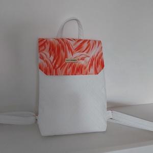 Amira táska, Táska, Divat & Szépség, Táska, Hátizsák, Varrás, Közepes méretű fedeles táska.\nMérete: 30 x 25 cm.\nFehér steppelt textilbőr, flamingótollas szövettel..., Meska