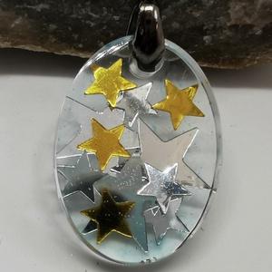 Arany és ezüst csillagos nyaklánc, Csillaggal készült gyanta medál sodort nyaklánccal, Ékszer, Nyaklánc, Medálos nyaklánc, Ékszerkészítés, Egyedi kézzel készített gyanta medál, benne csillagokkal. Átlátszó háttérrel. Hozzá passzoló foglala..., Meska