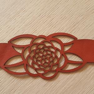 Perla egyedi bőr karkötő, Ékszer, Karkötő, Ékszerkészítés, Bőrművesség, Piros színű valódi olasz marhabőrből megtervezett és kivágott, egyedi méretre készített karkötő. Meg..., Meska