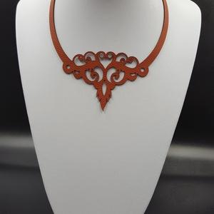 Zara egyedi bőr nyaklánc, Ékszer, Nyaklánc, Ékszerkészítés, Bőrművesség, Piros színű valódi olasz marhabőrből egyedileg tervezett és kivágott nyaklánc, 170x220 mm, állítható..., Meska