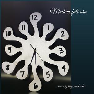 Modern kézzel festett vágott fali óra, Dekoráció, Otthon & lakás, Ünnepi dekoráció, Kép, Karácsony, Gravírozás, pirográfia, Famegmunkálás, Modern fa fali óra ezüst színre festve. \nNapi inspirációk hatására általam megrajzolt és kitűnő mínő..., Meska