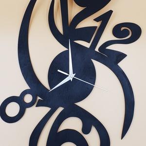 Design fali óra, Falióra & óra, Dekoráció, Otthon & Lakás, Famegmunkálás, Festett tárgyak, Design fa fali óra fekete színre festve, ezüst metál színű mutatókkal.\nNapi inspirációk hatására ált..., Meska