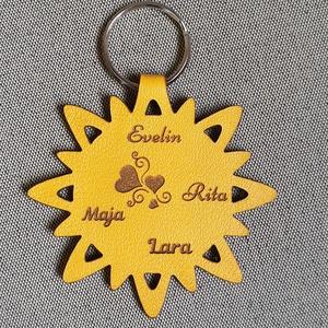 Bőr gravírozott napocska kulcstartó Édesanyáknak nagymamáknak ajándékba, Egyéb, Kulcstartó, táskadísz, Táska, Divat & Szépség, Ékszerkészítés, Bőrművesség,  Valódi olasz marhabőrből megtervezett és kivágott egyedi szöveggel gravírozott napocska alakú kulcs..., Meska
