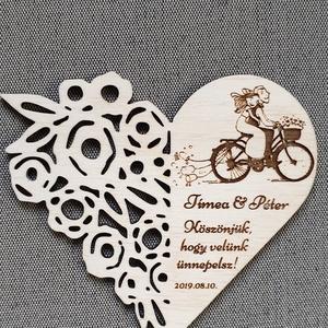 Esküvői hűtőmágnes Köszönetajándék esküvőre , Dekoráció, Otthon & lakás, Dísz, Esküvő, Meghívó, ültetőkártya, köszönőajándék, Gravírozás, pirográfia, Famegmunkálás, Köszönetajándék, emlék esküvőre a kedves vendégeknek. \nSzív alakú gravírozott nyír fa lap mágnessel ..., Meska