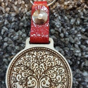 Fa gravírozott kulcstartó, Kulcstartó szekrény, Bútor, Otthon & Lakás, Ékszerkészítés, Bőrművesség, Általam tervezett nyír rétegelt lemezből kivágott gravírozott kulcstartó, valódi olasz marha bőrrel ..., Meska