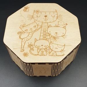 Nyolc szögletű macska mintával gravírozott díszdoboz, Otthon & lakás, Dekoráció, Lakberendezés, Tárolóeszköz, Doboz, Famegmunkálás, Festett tárgyak, Fából kivágott, macska mintával gravírozott, lakozott nyolc szögletű dísz ékszeres-bonbonos doboz.\nM..., Meska