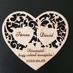 Esküvői hűtőmágnes Köszönetajándék esküvőre , Hűtőmágnes, Konyhafelszerelés, Otthon & Lakás, Gravírozás, pirográfia, Famegmunkálás, Köszönetajándék, emlék esküvőre a kedves vendégeknek. \nSzív alakú gravírozott nyír fa lap mágnessel ..., Meska
