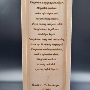 Egyedi esküvői szülőköszöntő bortartó esküvőre, Esküvő, Emlék & Ajándék, Köszönőajándék, Gravírozás, pirográfia, Famegmunkálás, Saját tervezésű egyedi bortartó esküvőre öröm szülőknek. \nAnyaga natúr nyír rétegelt lemez. \nNapi in..., Meska
