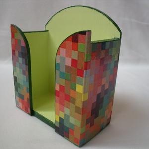 Retró-kockás papírzsebkendő tartó, Dekoráció, Otthon & lakás, Dísz, Lakberendezés, Tárolóeszköz, Decoupage, transzfer és szalvétatechnika, Festett tárgyak, Decoupage technikával készítettem ezt a mutatós papírzsebkendő tartót.\nA színes kis retró kockáknak ..., Meska