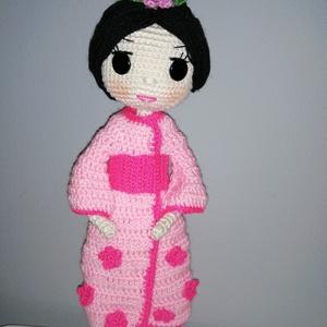 Yoko baba, Gyerek & játék, Játék, Játékfigura, Horgolás, 21cm magas fekete hajú kimonós baba. Teste pamut, ruhája akril fonalból készült. Szeme varrott gomb...., Meska