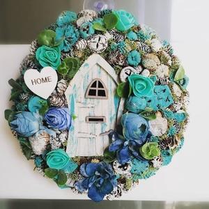 Tündérlak ajtódísz nyári hangulatban, Lakberendezés, Otthon & lakás, Asztaldísz, Dekoráció, Karácsony, Karácsonyi dekoráció, Virágkötés, 24 cm átmérőjű,üde türkiz kék ajtódísz,kis tündérajtóval., Meska
