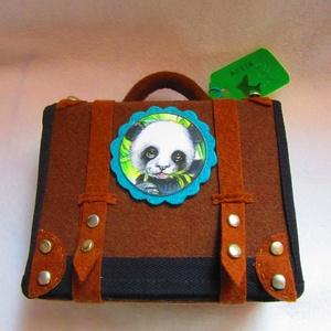 Gyapjas kedvencek Panda, Gyerek & játék, Baba-mama kellék, Játék, Játékfigura, Baba-és bábkészítés, Nemezelés, Ugye szívesen magadhoz ölelnél egy pihe- puha pandamacit?\n\nHa igen, akkor vidd magaddal a Gyapjas ke..., Meska