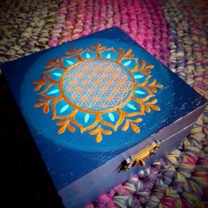 Kék-Magenta életvirág ékszertartó dobozka, Otthon & lakás, Lakberendezés, Tárolóeszköz, Doboz, Festett tárgyak, Egy kívül kék belül vagány magenta színnel kentem meg ezt a kis fa dobozt. A tetejére egy réz-bronz ..., Meska