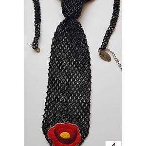 Gyöngynyakkendő kalocsai virággal, Gyöngyös nyaklác, Nyaklánc, Ékszer, Gyöngyfűzés, gyöngyhímzés, Gyöngynyakkendő, kézzel hímzett kalocsai virággal.\n\nNyakrésze állítható\n\nTeljes hossza 24 cm.\n\nEgyed..., Meska