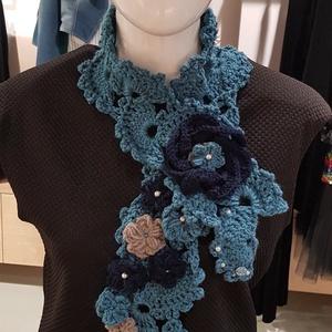 Horgolt sál nyakmelegítő kék rózsa, Táska, Divat & Szépség, Ruha, divat, Sál, sapka, kesztyű, Sál, Horgolás, Egyedi horgolt sál-nyakmelegítő, melyet horgolt rózsák és tekla gyöngyök tesznek különlegessé.\n\n30 f..., Meska
