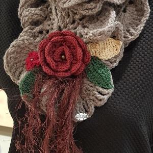 Horgolt sál nyakmelegítő drapp bordó rózsa, Táska, Divat & Szépség, Ruha, divat, Sál, sapka, kesztyű, Sál, Horgolás, Egyedi horgolt sál-nyakmelegítő, melyet horgolt rózsák és tekla gyöngyök tesznek különlegessé.\n\n30 f..., Meska