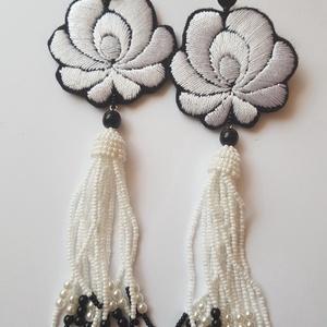 Fehér Matyó rózsa fülbevaló, Ékszer, Fülbevaló, Esküvő, Esküvői ékszer, Ékszerkészítés, Gyöngyfűzés, gyöngyhímzés, Mezőkövesdi kézzel hímzett Matyó rózsa gyöngyökkel, swarovskival díszítve, ezüst alapon.\nHossza: kb...., Meska
