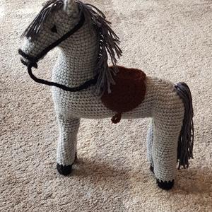 Horgolt ló amigurumi, Ló, Plüssállat & Játékfigura, Játék & Gyerek, Horgolás, Kézzel horgolt lovacska. Bababarát anyagból, 30 fokon mosható.\n\nMagassága: 25 cm\nHossza: 18 cm, Meska